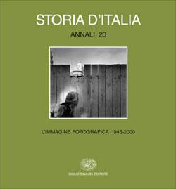 Copertina del libro Storia d'Italia. Annali 20. L'immagine fotografica 1945-2000 di VV.