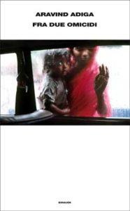 Copertina del libro Fra due omicidi di Aravind Adiga