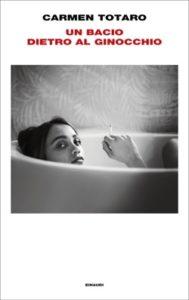 Copertina del libro Un bacio dietro al ginocchio di Carmen Totaro